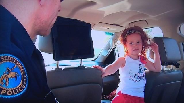 Camille ouvindo a explicação do policial (Foto: Arquivo pessoal)