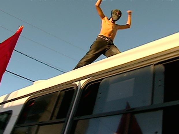 Estudantes cobriram os rostos e subiram nos ônibus para protestar (Foto: Reprodução/Inter TV Cabugi)