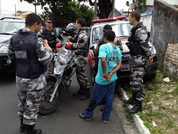 Suspeitos foram presos pela Força Tática da Polícia Militar na manhã desta terça-feira (25) (Foto: Walter Paparazzo/G1)