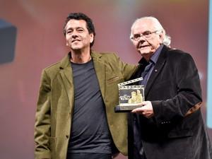 Marcos Palmeira acompanhou a entrega do troféu Eduardo Abelin ao pai Zelito Viana (Foto: Edison Vara/Agência PressPhoto)