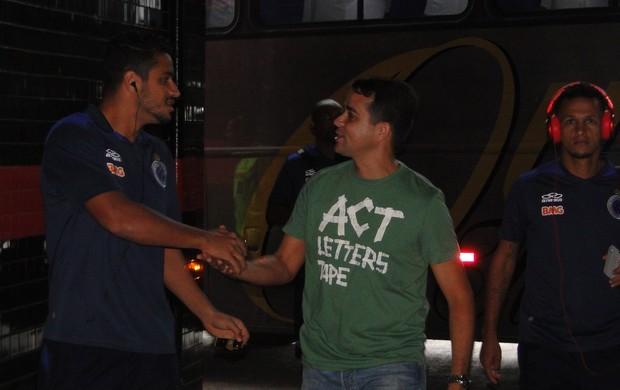 Chegada da delegação do Cruzeiro à Ilha do Retiro (Foto: Tarcísio Badaró / Globoesporte.com)