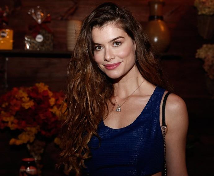 Alinne Moraes chega em casa de festa para assistir à estreia de 'Além do Tempo' (Foto: Inácio Moraes/Gshow)