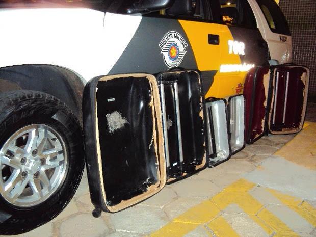 Sem conseguir separar o entorpecente das malas, tudo pesou mais de 20kg (Foto: Polícia Rodoviária/Divulgação)