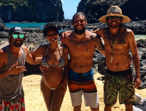 Sheron Menezzes e Saulo Bernard com amigos em Noronha (Foto: Reprodução)