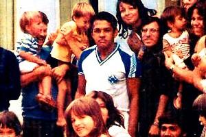 Garrincha posou com o pessoal do Hotel Casarão, onde se hospedou em Planaltina (Foto: Reprodução da internet)