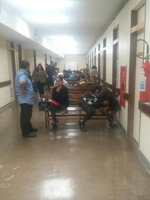Pacientes aguardam atendimento na sala de espera do Hospital de Base de Brasília  (Foto: Isabella Formiga/G1 DF)