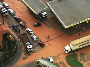 Chuva causa alagamentos em ruas de São Bernardo do Campo (Foto: Reprodução TV Globo)