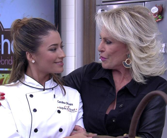 Ana Maria dá a notícia para Carolina Oliveira (Foto: TV Globo)
