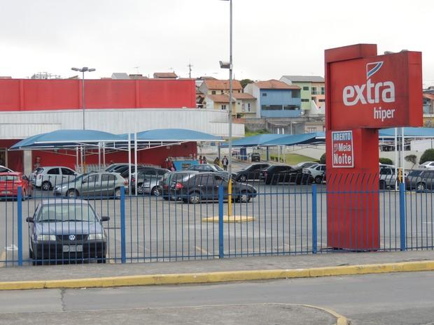 Funcionários remarcavam prazo de validade em alimentos (Foto: Pedro Carlos Leite/G1)