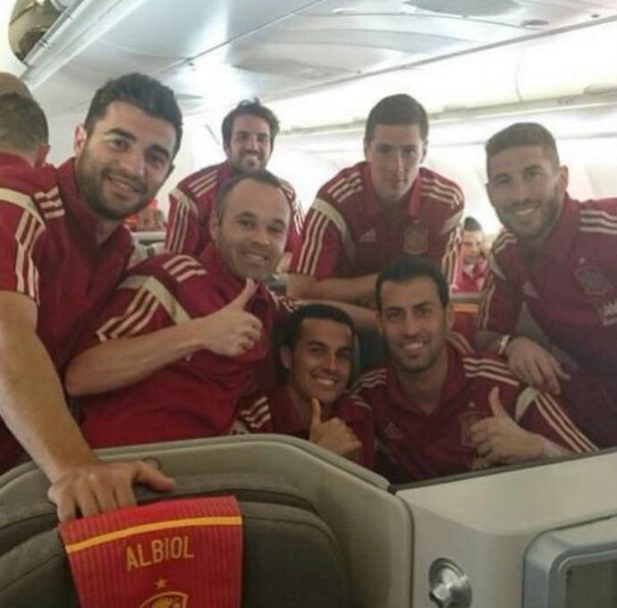 Iniesta publica imagem com outros companheiras da seleção da Espanha  (Foto: Reprodução)