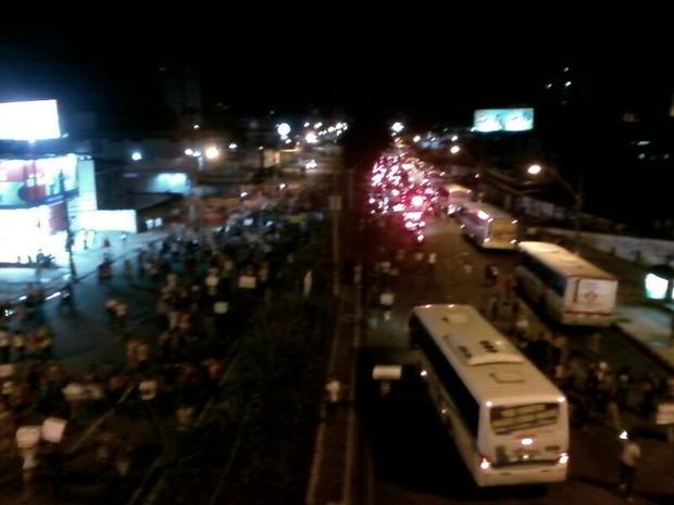 Protesto fechou Av. Fernandes Lima nos dois sentidos da via. (Foto: Waldson Costa/G1)