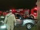 Três pessoas ficam feridas após carro bater em poste na rodovia AM-070