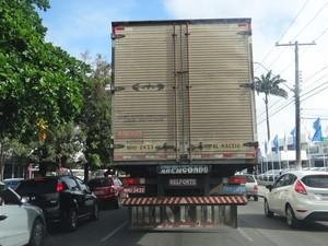 Caminhões de carga pesada trafegam na Avenida Fernandes Lima (Foto: Michelle Farias/G1)