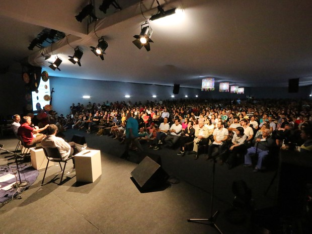 Mesa-debate no FLIN 2014: parada obrigatória para adeptos do mundo literário no RN (Foto: Alex Régis)