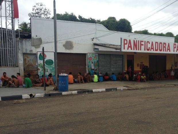 Várias pessoas foram detidas pela polícia durante a operação (Foto: Jackcson Félix/ G1)