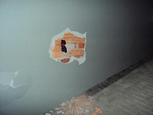 Força da dinamite explodiu parede na agência em Campo Alegre (Foto: PMSC/Divulgação)