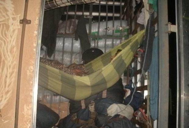 Caminhão é flagrado transportando pessoas de forma irregular, em Goiás (Foto: Divulgação/ PRF-GO)