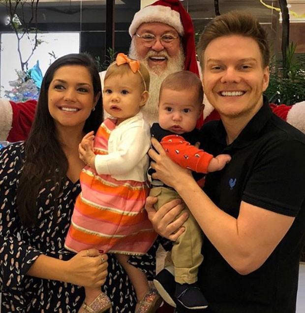 Thais Fersoza e Michel Teló levam Teodoro e Melinda para conhecer Papai Noel (Foto: Reprodução)