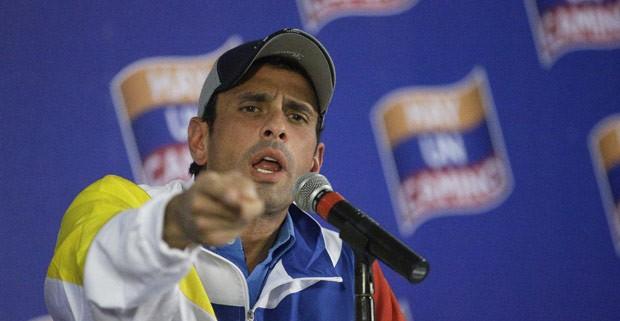 O candidato derrotado à presidência da Venezuela Henrique Capriles dá entrevista nesta terça-feira (9) em Caracas (Foto: AP)