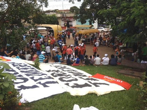 Grupo se concentrou na Praça do Baú, em Porto Velho, nesta sexta (Foto: Matheus Henrique/ G1)