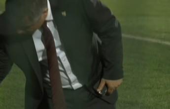 Imagens mostram delegado de jogo em Chapecó com celular no gramado