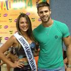 Candidata de Uruguaiana recebe faixa (Rafaella Fraga/G1)