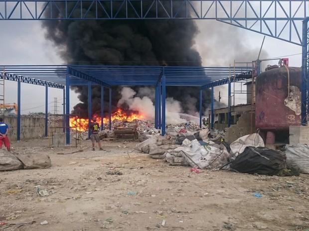 Incêndio começou na manhã desta segunda-feira  (Foto: Guilherme Lucio / G1)