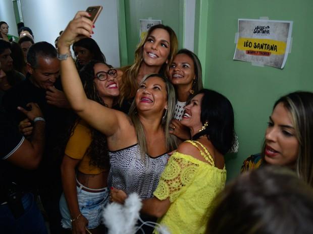 Ivete Sangalo com fãs em bastidores de show em Salvador, na Bahia (Foto: André Muzell/ Brazil News)