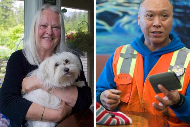 Bonnie Gruening segura Lady Bunny (à esq), cachorro responsável por achar e 'devolver ' a carteira do americano Rudy Vonda (Foto: Juneau Empire, Michael Penn/AP)