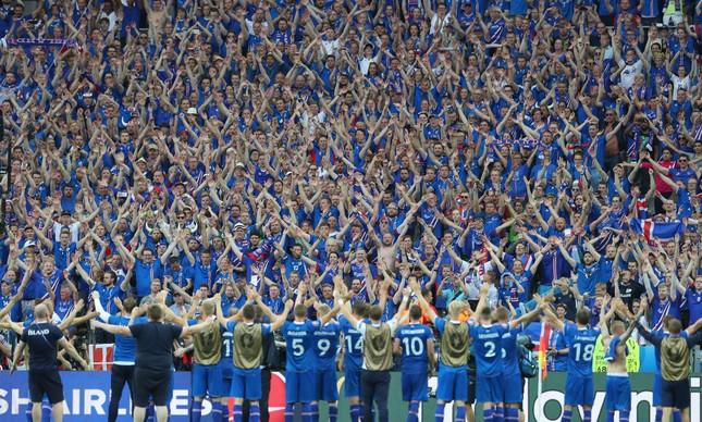 Os jogadores da Islândia comemoram com a torcida a classificação para as oitavas de final da Euro