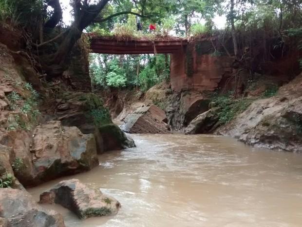 Jovem morre após cair de ponte durante trilha de bicicleta, em Goiás (Foto: Jardelly Pascoal/TV Anhanguera)