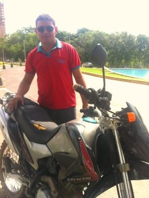 Gonçalo mostra sua motocicleta roubada dois anos antes e levada para a Bolívia. (Foto: Renê Dióz/G1)