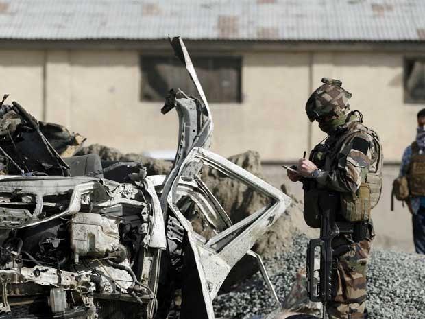 Soldado investiga a cena de ataque suicida em Cabul, no Afeganistão. (Foto: Ahmad Jamshid / AP Photo)