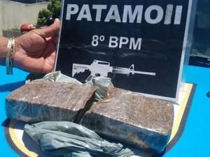Droga estava escondida à margem da Estrada da Abadia (Foto: Divulgação/Polícia Militar)