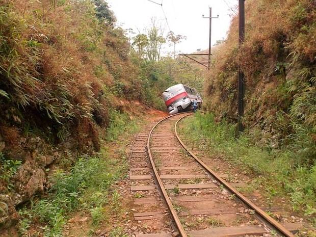 Automotriz da Estrada de Ferro Campos do Jordão saiu dos trilhos e acertou um barranco, no trecho de Santo Antônio do Pinhal. (Foto: Renato Ferezim/G1)