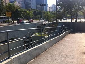 Passagem subterrânea com rampa permite que os ciclistas e pedestrem cruzem as pistas da Praia de Botafogo. (Foto: Mariucha Machado/G1)