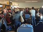 Brasileiros passam madrugada em avião no aeroporto de Nova York