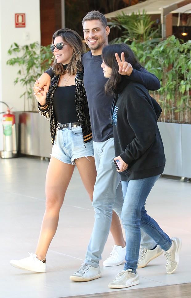 Cauã Reymond com a irmã, Lara e a namorada, Mariana Goldfarb (Foto: Agnews)
