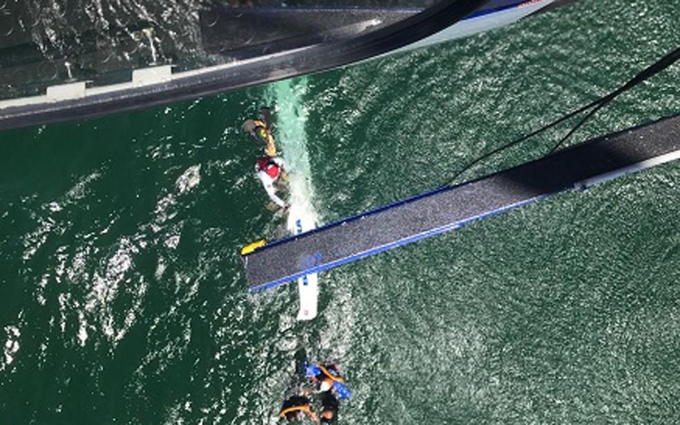 Pessoas que estavam nas embarcações foram resgatadas de helicóptero pela PM (Foto: Divulgação/Polícia Militar)