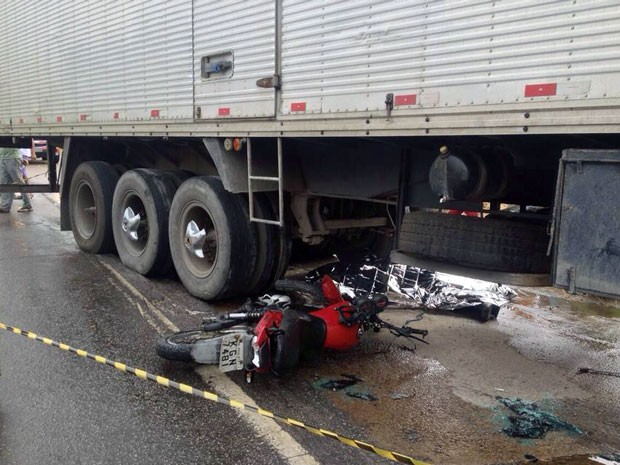 Uma das motos ficou presa debaixo do caminhão (Foto: Foto: Kety Marinho / TV Globo)