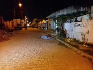 Jovem de 20 anos foi morto a tiros no Conjunto Cleto Marques. (Foto: Shade Andréa/G1)