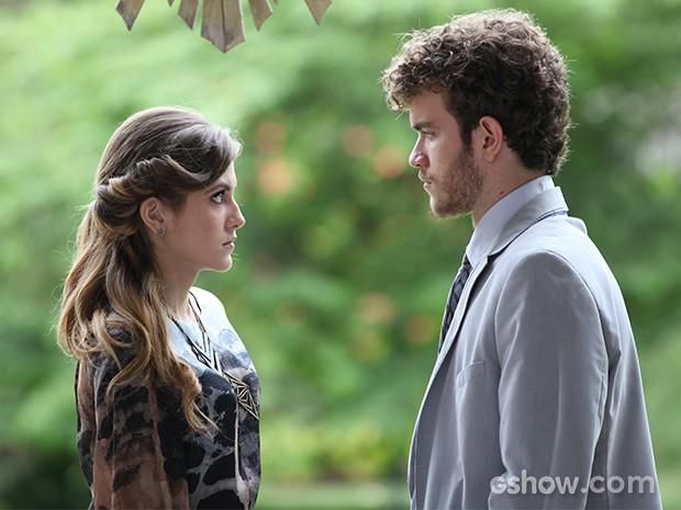 Sofia não resiste ao olhar de Sidney (Foto: Carol Caminha / TV Globo)