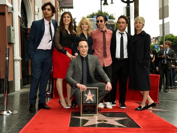 Elenco da série 'The Big Bang Theory' ao lado de Jim Parsons, que ganhou estrela na calçada da fama de Hollywood nesta quarta (11) (Foto: AFP PHOTO/Mark RALSTON)