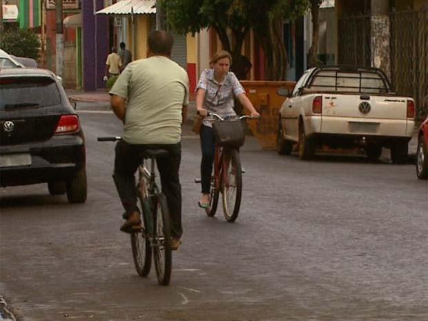 Motoristas de Pontal reclamam que ciclistas pedalam na contramão (Foto: Maurício Glauco / EPTV)