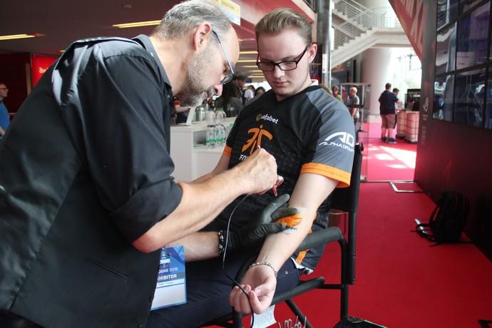 Tatuagem CS:GO ESL One (Foto: Clicia Oliveira)