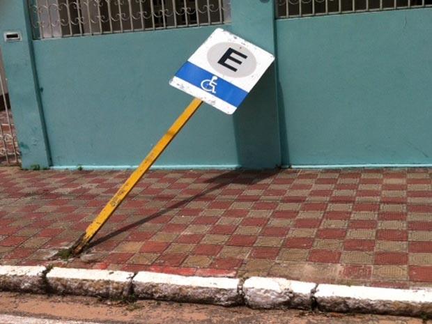 Placa foi derrubada por manifestante (Foto: Igor Jácome/G1)
