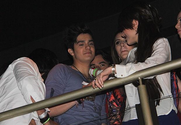 Luan Santana recebe carinho (Foto: Milene Cardoso/ Agnews)