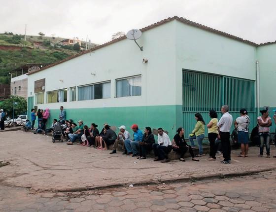 Moradores de Piedade de Caratinga(MG) aguardam vacinação.Indica-se a medida só nas áreas em que o ministério da sáude  recomende (Foto: Alexandre Rezende/Folhapress)
