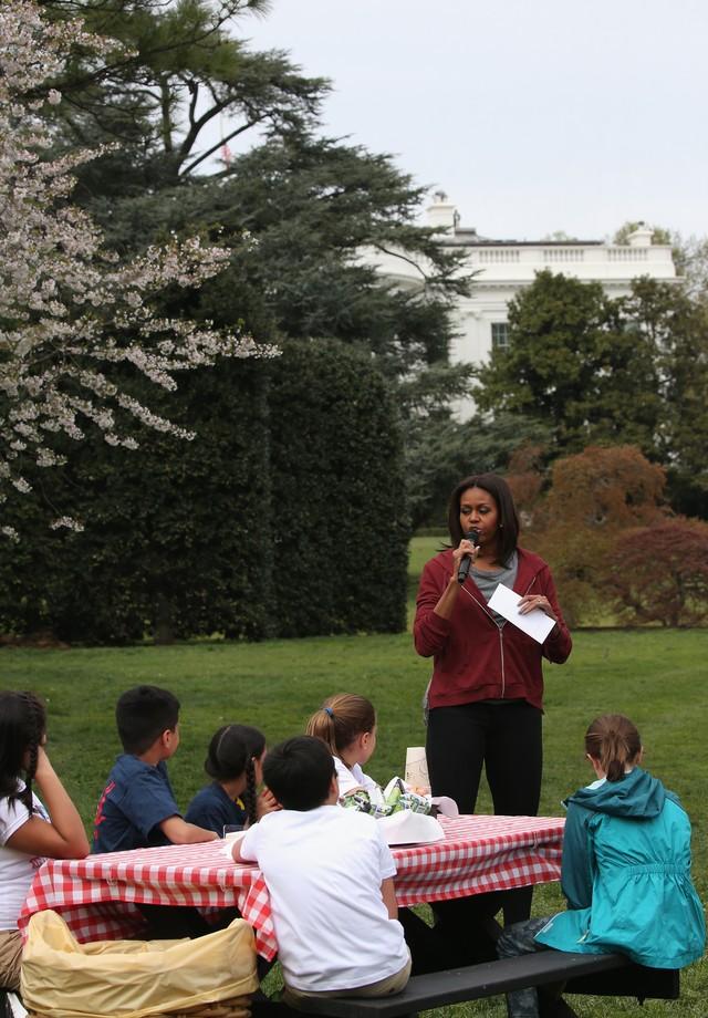 Em campanha em prol da alimentação saudável para crianças e adolescentes, Michelle Obama recebe estudantes para plantar vegetais na horta orgânica da Casa Branca (2015) (Foto: Getty Images)