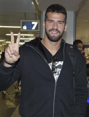Alisson chega a Roma (Foto: site oficial Roma)